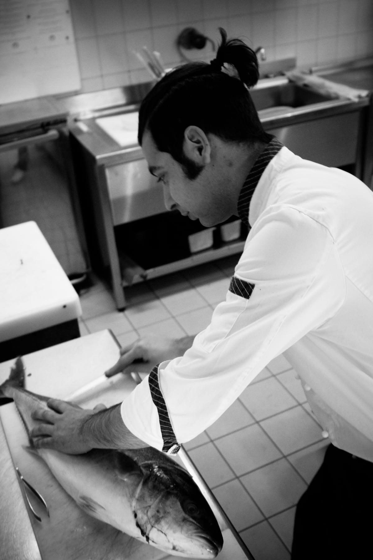 chef-stefano-radici-sfiletta-il-pesce-bn